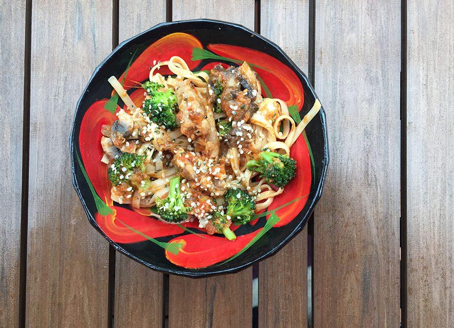 Nouilles chinoises au poulet, brocolis, champignons et sauce tomate maison