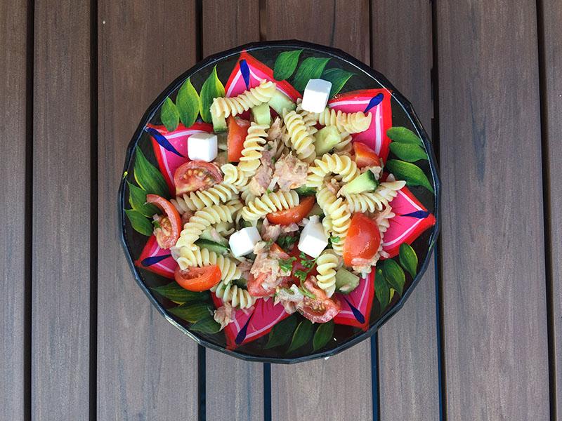 Salade de pâtes aux thon, fêta, tomates cerises et concombre de Super Boîte à Lunch