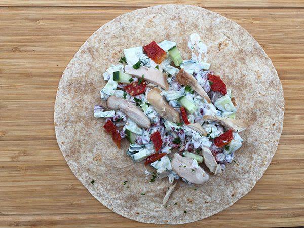 Tortillas aux légumineuses, tomates, concombre, poulet & parmesan