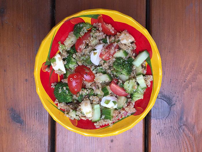 Salade de quinoa, bocconcini et légumes variés
