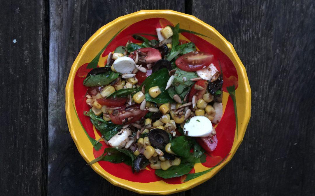 Salade de mâche, maïs, olives, bocconcini et son sandwich aux oeufs