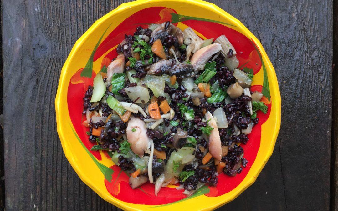 Riz noir au bok choy, champignons, carottes et poulet