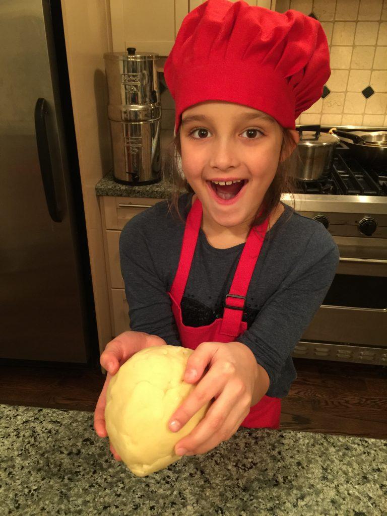 Louison fait une boule de pâte