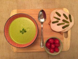 soupe santé accompagnée de son sandwich à la dinde