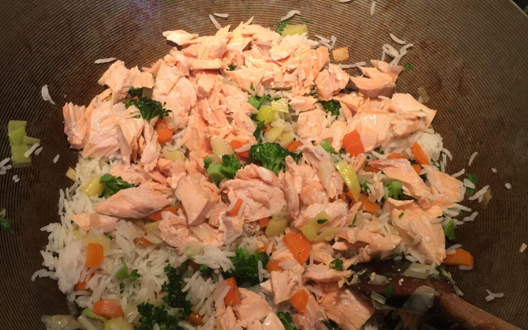 Saumon au riz, brocolis, carottes, poireaux et coriandre