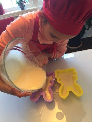 remplissage des moules de pâques pour la recette super boîte à lunch