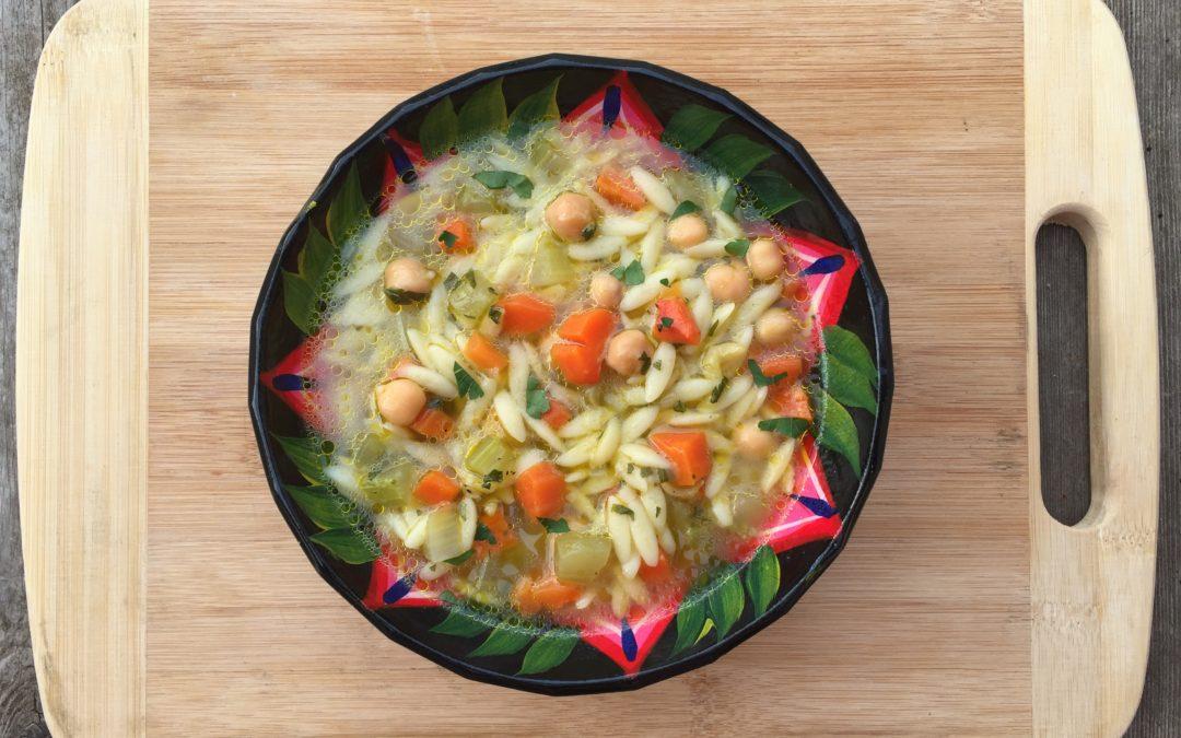 Soupe à l'orzo, pois chiches, carottes et céleri