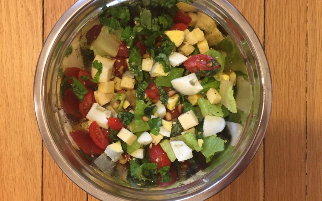 Salade cheddar, tomates, oeufs et pignons de pin