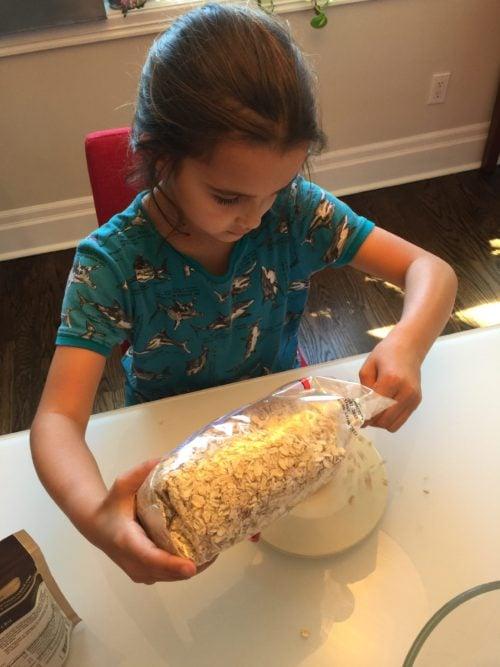 Louison pèse les flocons pour Super Boîte à Lunch
