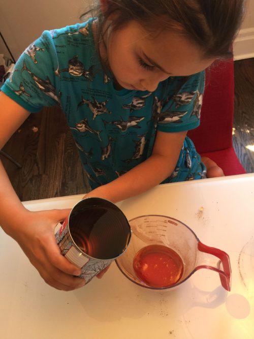 Louison mesure le sirop d'érable pour Super Boîte à Lunch