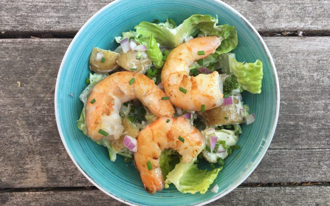Salade de pommes de terre, brocolis, ciboulette et crevettes