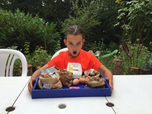 Louison prépare les ingrédients pour Super Boîte à Lunch