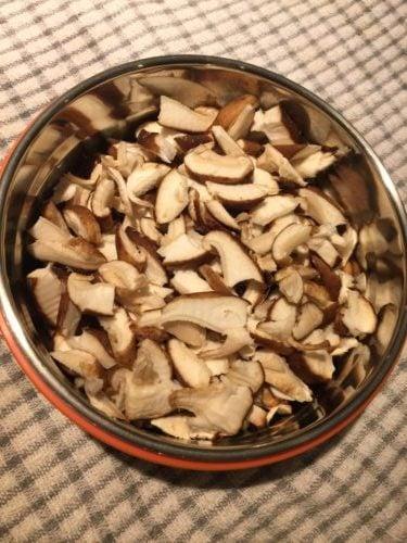 Shiitake coupés en petits morceaux pour Super Boîte à Lunch