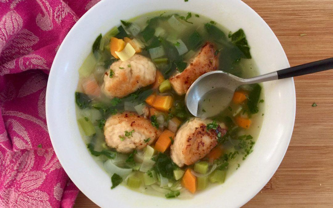 Soupe aux épinards, carottes, poireaux, boulettes de poulet & orzo de Super Boîte à Lunch