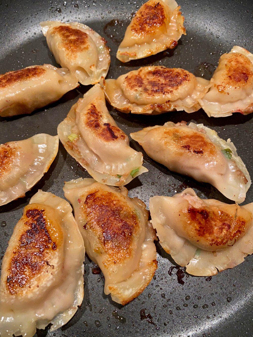 La cuisson des dumplings à la poêle
