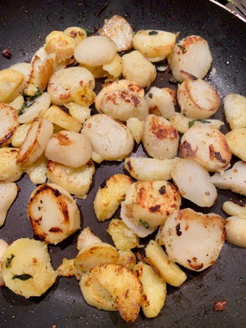 Faire dorer les pommes de terre en lamelles à la poêle