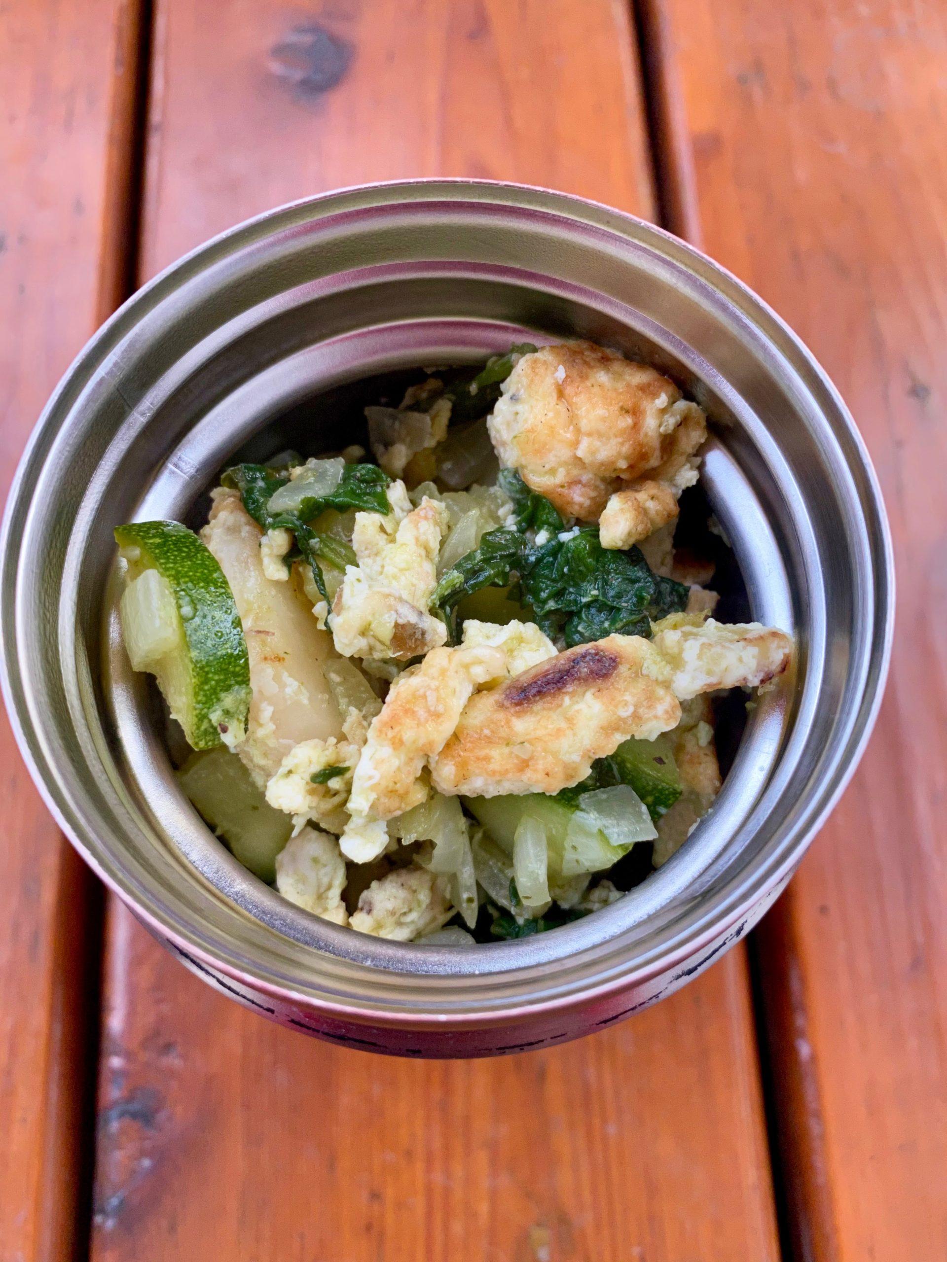 Boîte à lunch pommes de terre, courgettes, épinards et oeufs