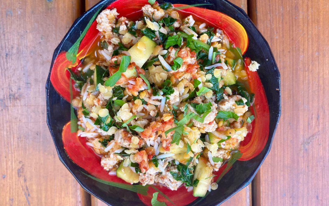 Lentilles corail et riz au kale, courgette, sauce tomate et dinde hachée
