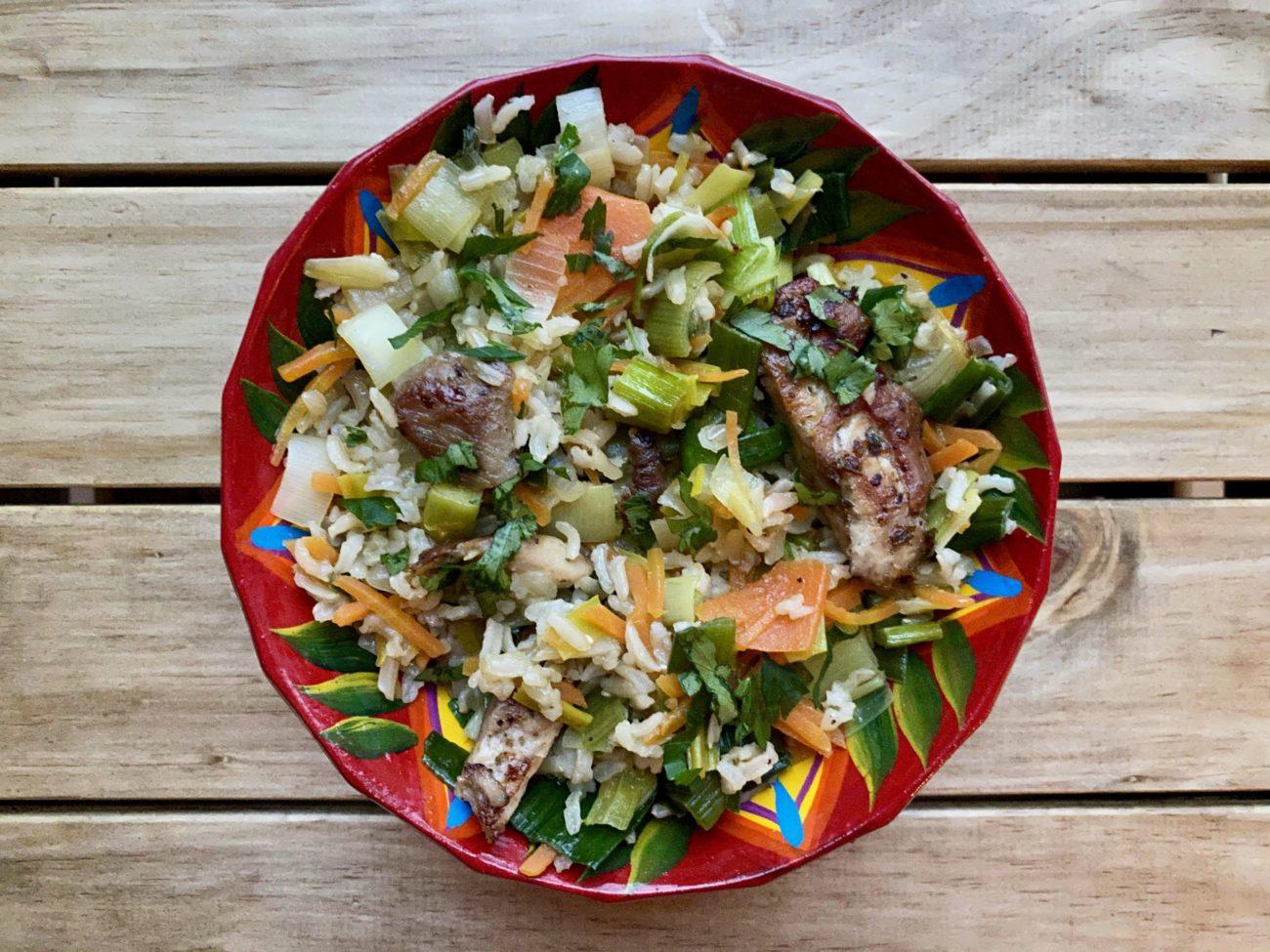Riz brun aux poireaux, carottes et poulet pour super boîte à lunch