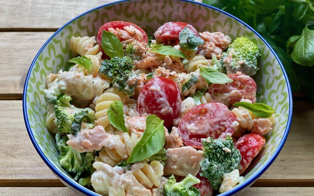 Lunchbox : Salade de pâtes aux tomates, brocolis, saumon & basilic